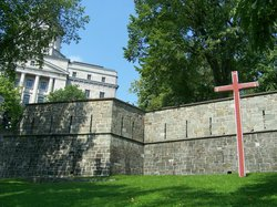 En cet endroit, se trouvait le premier cimetière de Québec et les premières inhumations, ... 168
