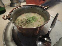 スープの錫の食器は昔からの風習です
