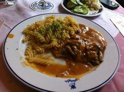"Schnitzel ""Jäger Art"" mit Nudeln un Salat"