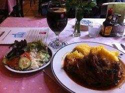 Port. Schweinshaxe mit Kartoffelknödel un Salat