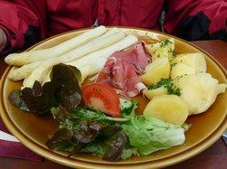 Friske asparges med kartofler og skinke
