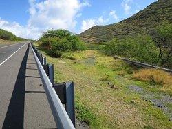 ハワイカイ・ゴルフコースからの道。右手の砂利道が入口までの近道