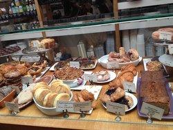 Estantería con variedades de pastelería