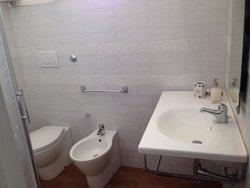 Il bagno della stanza gialla