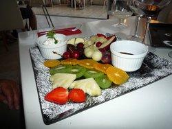 assiette de fruits frais avec sa fondue au chocolat