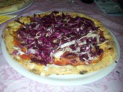 """Variazione di pizza """"sarda"""" con abbondante e fresco radicchio rosso a fine cottura."""
