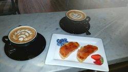 Una delle soluzioni proposte per colazione... cappuccini in latte art e pane con marmellata biol