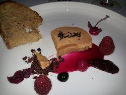 foie gras au naturel, framboises,olives et moutarde de betterave