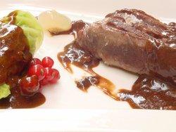 Lomo de ciervo con salsa de cerezas y chocolate