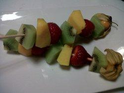 Brochetas fruta con chocolate al chartreusse