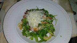 салат с сырым бурячком, если правильно помню, необычно, но вкусно
