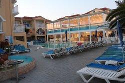 bar piscine princiale et restaurant