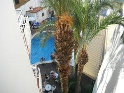 piscina vista desde la terraza de la habitación