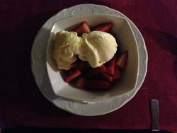 Dessert: smarrig italiensk vaniljglass med färska jordgubbar
