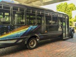 Ônibus que faz o serviço de shuttle entre o hotel/aeroporto.