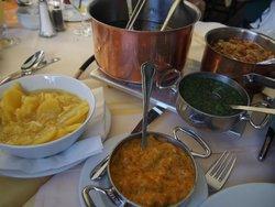 スープのお鍋も大きいけど、ソースの器も結構大きい