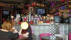La tête à l envers. Le bar avec ses bières...
