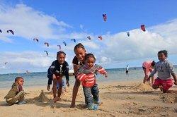 Enfants sur plage de Mourouk (112194136)