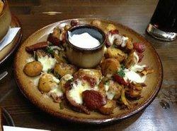 Patatas con salsa queso y chorizo