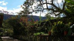 Vista da paisagem a partir de um banco no jardim