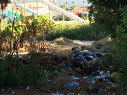 Müllberge; im Hintergrund die Wasserrutschen des Hotels