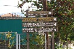 Wegweiser zum Memorial in Distomo
