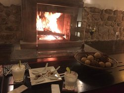 Beautiful evening in front of the fire with delicious, complimentary drinks and snacks.