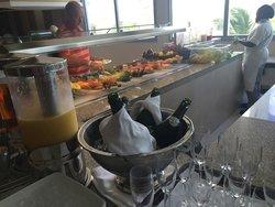 Buffet del desayuno, frutas y espumoso para una mimosa