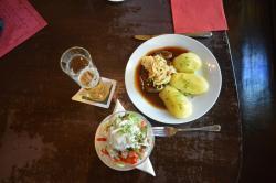Foie rôtie avec oignons grillés, pommes vapeur, salade