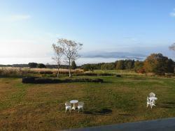 部屋からの眺め(朝)。猪苗代湖に雲海がかかる。