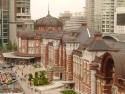 東京駅丸の内南改札を出ますと、この風景が見えます。