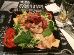 Ensalada Caesar de pollo.