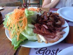 Bacon, calabresa, ovo, filé de carne com queijo e presunto e muita salada!!
