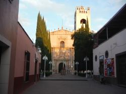 corredor hacia la iglesia