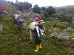 Mattia e la piccola Levanne nata in alpeggio
