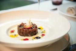 Tartar de atún rojo con ajoblanco de pistachos