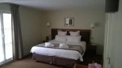 la chambre avec un lit confortable