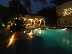 La piscine le soir