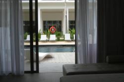 Vue de la piscine accès de la chambre swimout