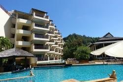 Poolbereich: Cocktailbar links, Hotel, Restaurant rechts