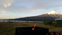Vista de la cabaña a los pies del volcán Osorno y a orillas del lago Llanquihue.