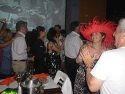 cotillon que nos regalaron sombreros,gorros,lentes con luces, pelucas,vestidos.etc