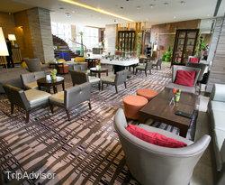 Lobby at the Holiday Inn & Suites Makati