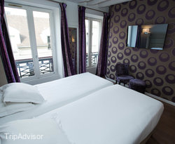 The Twin Room Purple at the Hotel Jacques de Molay