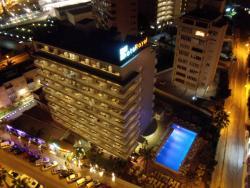 Uitzicht vanuit kamer 1501 op RH Hotel Royal