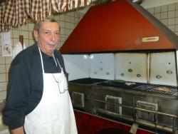 eigener Fischkoch am offenen Grill