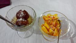 Postres: bolitas de leche de coco en almibar y helado de mango