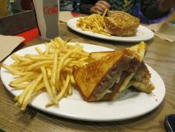 Sandwich de quesos en primer plano y atrás de pavo