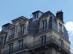 L'hôtel vu de la rue en face, on voit les chambres sous les toits