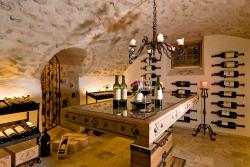 Weinkeller mit Großflaschen im Romantik Hotel Die Krone von Lech